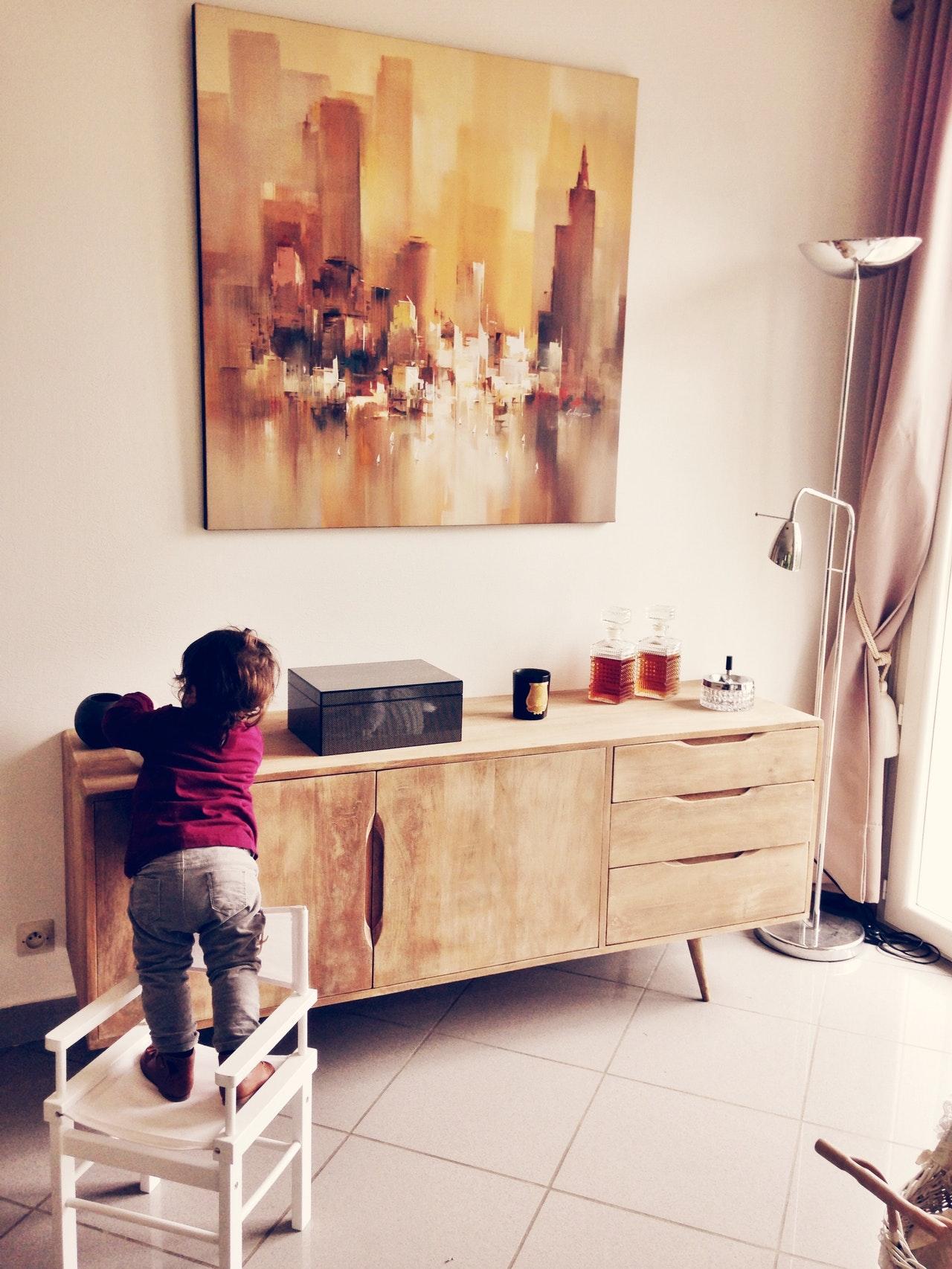 Elektrosmog belastet dein haus - glückliches kind in schöner wohnung